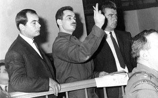 Καθ' όλη τη διάρκεια της δίκης του, ακόμη και στο εδώλιο, ο Αλέκος Παναγούλης βρίσκεται διαρκώς εν μέσω δύο ασφαλιτών.