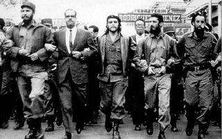 Μάρτιος 1960. Ο Τσε (στη μέση) μαζί με τον Κάστρο (αριστερά) διαδηλώνουν κατά των ΗΠΑ, το οποίο  ανατίναξαν πλοίο που μετέφερε όπλα στην Κούβα.
