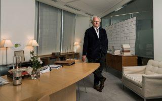 Ο Γκρέιντον Κάρτερ στο γραφείο του στο One World Trade Center, στο Μανχάταν. © Sasha Maslov/The New York Times