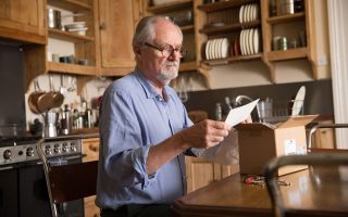 Ο Τζιμ Μπρόντμπεντ πρωταγωνιστεί στον ρόλο του Τόνι (στην ηλικία των 60 ετών), ο οποίος αναγκάζεται σε μια αποκαλυτπική βουτιά στις αναμνήσεις του.