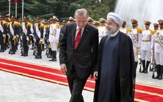 Τουρκία και Ιράν απορρίπτουν κατηγορηματικά το δημοψήφισμα για την ανεξαρτησία του ιρακινού Κουρδιστάν και θα εντείνουν τη συνεργασία τους για να αποτρέψουν αλλαγές συνόρων σε Συρία και Ιράκ. Αυτό διεμήνυσαν χθες από την Τεχεράνη οι πρόεδροι των δύο χωρών Ρετζέπ Ταγίπ Ερντογάν και Χασάν Ροχανί. Στη φωτογραφία, στιγμιότυπο από την επίσημη υποδοχή του Τούρκου ηγέτη στο προεδρικό μέγαρο.