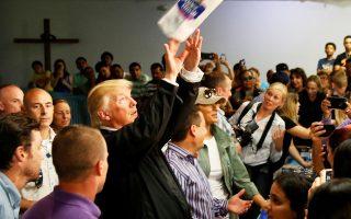Ο πρόεδρος Τραμπ πέταξε ρολά χαρτιού στους συγκεντρωμένους πληγέντες του τυφώνα «Μαρία» στο Πουέρτο Ρίκο.