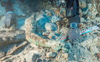Εντυπωσιακή είναι η συγκομιδή της φετινής ενάλιας έρευνας στο σκαρί του περίφημου μηχανισμού των Αντικυθήρων. Η ομάδα των αρχαιολόγων δυτών κατάφερε να εντοπίσει πολλά αντικείμενα, ανάμεσα στα οποία και ένα χάλκινο χέρι από ανδρικό άγαλμα, πολύ καλά διατηρημένο. Το εύρημα αφήνει ελπίδες πως κρύβονται στον βυθό πολλά μπρούντζινα αγάλματα, τα οποία είναι πιθανώς εγκλωβισμένα κάτω από μεγάλους βράχους, που βρέθηκαν εκεί από σεισμούς. Εντοπίστηκε επίσης δισκοειδές αινιγματικό μεταλλικό αντικείμενο.