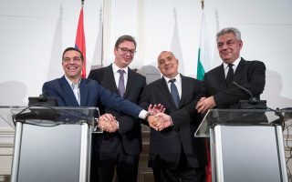 Από αριστερά: Ο πρωθυπουργός Αλέξης Τσίπρας, ο Σέρβος πρόεδρος Αλεξάνταρ Βούτσιτς, ο Βούλγαρος πρωθυπουργός Μπόικο Μπορίσοφ και ο Ρουμάνος πρωθυπουργός Μιχάι Τουντόσε στη Βάρνα, όπου πραγματοποιήθηκε η τετραμερής Ελλάδας - Βουλγαρίας - Σερβίας - Ρουμανίας.