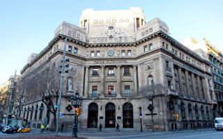 Η Caixa θεωρείται τράπεζα-σύμβολο, καθώς διεκπεραιώνει τις δραστηριότητές της χρησιμοποιώντας την καταλανική γλώσσα και έχει ως έμβλημα ένα μπλε αστέρι, που σχεδίασε ο διάσημος ζωγράφος Χουάν Μιρό. Είναι, άλλωστε, ο μεγαλύτερος μέτοχος της Albertis Infraestructura S.A. και ελέγχει το 24% της Gas Natural SDG, που επίσης έχει έδρα στη Βαρκελώνη.