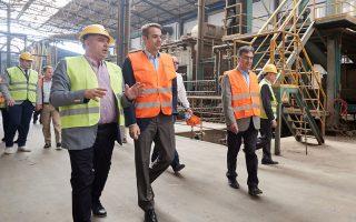 Ο Κυρ. Μητσοτάκης κατά τη χθεσινή επίσκεψή του στο εργοστάσιο μονωτικών υλικών Fibran, στην Τερπνή Σερρών.
