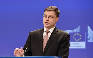 H ολοκλήρωση της τρίτης αξιολόγησης του ελληνικού προγράμματος είναι εφικτή πριν από το τέλος του έτους, τόνισε χθες και ο αντιπρόεδρος της Ευρωπαϊκής Επιτροπής Βάλντις Ντομπρόβσκις, «παρόλο που είμαστε ήδη στον Οκτώβριο», όπως είπε χαρακτηριστικά. «Αυτή τη στιγμή είμαστε στη φάση της προετοιμασίας και το ιδανικό είναι να τελειώσουμε τον Δεκέμβριο», σημείωσε, προσθέτοντας όμως ότι η ουσία είναι πάνω από τις προθεσμίες.