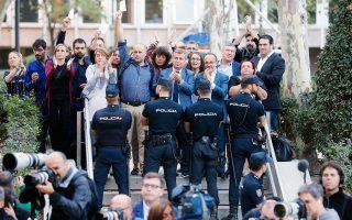 Καταλανοί βουλευτές συμπαρίστανται στους τοπικούς αξιωματούχους που προσέρχονται στις δικαστικές αρχές της Μαδρίτης προκειμένου να απολογηθούν για τη στάση τους στο πρόσφατο δημοψήφισμα.