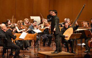 Ο μαέστρος Γιώργος Πέτρου σε παλαιότερη συναυλία της Καμεράτας - Ορχήστρα των Φίλων της Μουσικής. Η Καμεράτα έχει πλούσιο πρόγραμμα εμφανίσεων στο εξωτερικό.