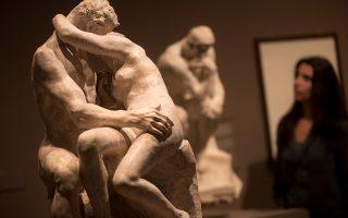 """Το φιλί ως πύλη της κολάσεως. Στο Mapfre Foundation της Βαρκελώνης διοργανώνεται η έκθεση αφιερωμένη στον Γάλλο γλύπτη Auguste Rodin. Η έκθεση με τίτλο 'Η κόλαση σύμφωνα με τον Rodin' εξερευνά το μνημειώδες έργο του ¨Πύλες της Κολάσεως' και φυσικά ανάμεσα στα εκθέματα υπάρχει και το ¨Φιλί"""".  EPA/MARTA PEREZ"""