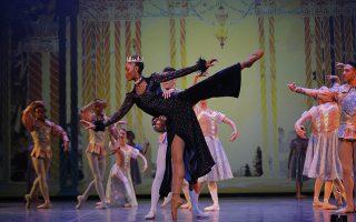 """Γαζέλα-σύμβολο. Η Kitty Phetla ισορροπεί στην τελική πρόβα του Μπαλέτου """"Η Χιονάτη"""" του Joburg Ballet στο Γιοχάνεσμπουργκ. Η πανύψηλη μπαλαρίνα- χορογράφος- ραδιοφωνική παραγωγός και μοντέλο έγινε διάσημη για τον ρόλο της στην Λίμνη των Κύκνων και πρέπει να είναι η μοναδική μαύρη χορεύτρια στον κόσμο που με την αρτιότητά της και το ταλέντο της  έκανε δικό της αυτόν τον ρόλο. EPA/KIM LUDBROOK"""