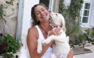 Η Μαρία με την αγαπημένη της σκυλίτσα Καρίνα.