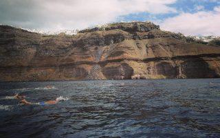 Με τη συμμετοχή πλέον των 1.500 ατόμων, από 40 χώρες, ολοκληρώθηκε το φετινό Santorini Experience, η μεγάλη συνάντηση αθλητικού τουρισμού. Η διοργάνωση περιλαμβάνει αγώνες δρόμου αντοχής και κολύμβηση ανοικτής θαλάσσης. Φέτος, η διαδρομή των 5 χλμ. ήταν αφιερωμένη στον αείμνηστο ευεργέτη του νησιού, Αριστείδη Αλαφούζο, ενώ έλαβε μέρος ο διάσημος Ελληνοαμερικανός υπερμαραθωνοδρόμος Κωνσταντίνος (Dean) Καρνάζης, που έχει καταρρίψει ρεκόρ αντοχής στα πιο δύσκολα τερέν του πλανήτη.