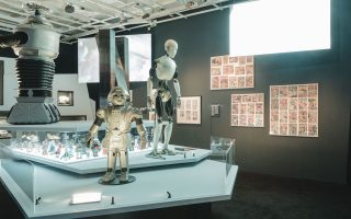 Σε ένα «Ταξίδι στο άγνωστο» καλεί το κοινό η Στέγη του Ιδρύματος Ωνάση, με οδηγό την επιστημονική φαντασία. Χειρόγραφα και βιβλία του Ιουλίου Βερν, μινιατούρες διαστημοπλοίων και φιγούρες κλασικών ταινιών, ρομπότ και διαστημικές στολές, εξώφυλλα κόμικς συνθέτουν την έκθεση, την οποία συνοδεύουν εκπαιδευτικές δράσεις και εργαστήρια.