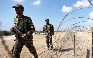 Μέλη των παλαιστινιακών δυνάμεων ασφαλείας, πιστών στη Χαμάς, επιθεωρούν στη Ράφα στα σύνορα με την Αίγυπτο.