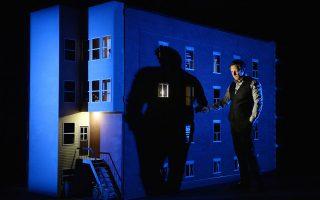 Ο Ρομπέρ Λεπάζ δίπλα στο μελαγχολικά φωτισμένο παράθυρο του «σπιτιού» του, επιχειρώντας να ρίξει φως στα παιχνίδια της μνήμης με την παράσταση «887».