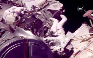 Στιγμιότυπο από το NASA TV με τους δύο αστροναύτες επί το έργον.