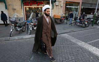 Ιερέας διασχίζει κεντρικό δρόμο της Τεχεράνης, όπου ενισχύεται  ο σκεπτικισμός γύρω από το μέλλον της συμφωνίας για το ιρανικά  πυρηνικά.