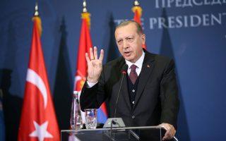 Ο Τούρκος πρόεδρος Ταγίπ Ερντογάν στη χθεσινή κοινή συνέντευξη Τύπου με τον Σέρβο ομόλογό του Αλεξάνταρ Βούτσιτς, στο Βελιγράδι.