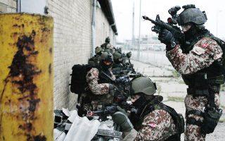 Ειδικές δυνάμεις της Δανίας επιδεικνύουν τη δεξιοτεχνία τους στη διάρκεια άσκησης στο Ααλμποργκ.