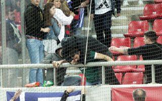 Φίλαθλος που φορούσε τη φανέλα του Παναθηναϊκού δέχθηκε επίθεση περίπου δέκα ατόμων στο «Καραϊσκάκη» κατά τη διάρκεια του αγώνα της Εθνικής.