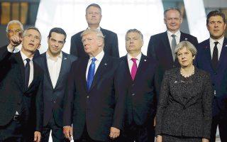 Ο Αμερικανός πρόεδρος Ντόναλντ Τραμπ και ο Ελληνας πρωθυπουργός Αλ. Τσίπρας στη σύνοδο του ΝΑΤΟ, στις Βρυξέλλες, στις 25 Μαΐου.