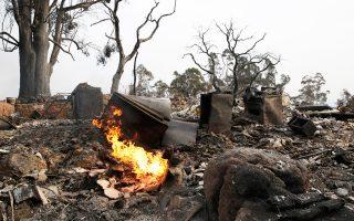 Φλόγες κατακαίνε ένα σπίτι στη Νάπα στη διάρκεια πυρκαγιάς που πλήττει τις τελευταίες μέρες τους αμπελώνες της Βόρειας Καλιφόρνιας.