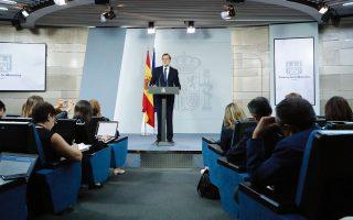 Ο Ισπανός πρωθυπουργός Μαριάνο Ραχόι ενημερώνει τον Τύπο για την έκτακτη συνεδρίαση του υπουργικού συμβουλίου για τις εξελίξεις στην Καταλωνία.