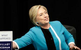 Η Χίλαρι Κλίντον ετοιμάζεται να υπογράψει αντίτυπα του βιβλίου της «Τι συνέβη», που εξόργισε τον σύζυγό της Μπιλ.
