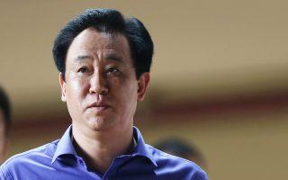 Στην πρώτη θέση του καταλόγου των ζάπλουτων Κινέζων συναντάμε τον Ζου Τζιαγίν, με περιουσία 43 δισ. δολαρίων. Ιδρυσε και διοικεί την China Evergrande, έναν από τους πιο επιθετικούς κτηματομεσιτικούς ομίλους στην Κίνα.