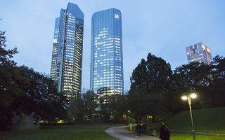 Η Deutsche Bank έχει δυσκολευτεί να διατηρήσει την κερδοφορία της τα τελευταία χρόνια, εν μέσω αλλεπάλληλων προσπαθειών αναδιάρθρωσης, εξαιτίας των υψηλών προστίμων που έχει δεχθεί για διάφορες παρανομίες στο παρελθόν, του κόστους της τεχνολογικής αναβάθμισής της, αλλά και των υψηλών κεφαλαιακών απαιτήσεων που έχει ως επενδυτική τράπεζα.