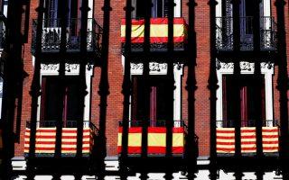 Ισπανικές και καταλανικές σημαίες στα μπαλκόνια πολυκατοικίας στη Μαδρίτη.
