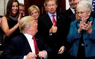 Ο Nτ. Τραμπ υπογράφει διάταγμα που αποδυναμώνει τo Οbamacare και εισπράττει την επιδοκιμασία του γερουσιαστή Ραντ Πολ.