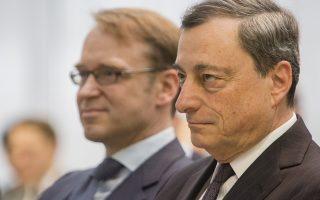 Ο Μάριο Ντράγκι, σε πρώτο πλάνο, και ο Γερμανός κεντρικός τραπεζίτης Γενς Βάιντμαν ενσαρκώνουν τις δύο αντικρουόμενες οικονομικές σχολές, που συγκρούονται στο εσωτερικό της ΕΚΤ με αντικείμενο τη συνέχιση του QE.