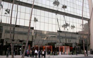 Κόσμος έξω από το κτίριο της Ακαδημίας Κινηματογράφου και Επιστημών στο Μπέβερλι Χιλς. Το διοικητικό συμβούλιο αναμένεται να αποφασίσει την τύχη του Ουάινσταϊν σε ειδική συνεδρίαση.