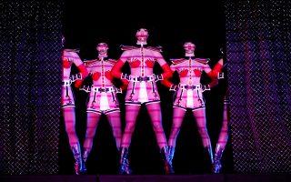 Αρχισαν και πάλι οι παραστάσεις του Crazy Horse στη Σιγκαπούρη. Οι Αρχές της χώρας δεν λογόκριναν την παράσταση.