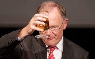 Ο Στέφαν Βάιλ, ηγέτης των Σοσιαλδημοκρατών στην Κάτω Σαξονία, γιορτάζει τη νίκη του με ένα ποτήρι μπίρα.
