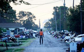 Ενας άνδρας περπατάει ανάμεσα σε συντρίμμια μετά το πέρασμα του «Χάρβεϊ» στο Τέξας, τον Σεπτέμβριο.