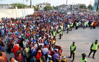 Οργισμένοι διαδηλωτές στο σημείο της φονικής επίθεσης στο Μογκαντίσου.
