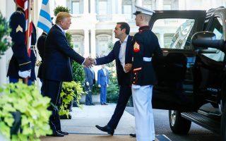Ο πρόεδρος των ΗΠΑ Ντόναλντ Τραμπ υποδέχεται τον πρωθυπουργό Αλέξη Τσίπρα κατά την άφιξή του στον Λευκό Οίκο.