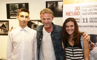 Ο Τζο Νέσμπο με δύο νεαρούς θαυμαστές του, που έσπευσαν να τον συναντήσουν στις εκδόσεις «Μεταίχμιο».