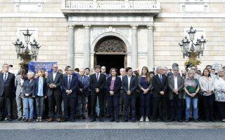 Ο πρόεδρος της Καταλωνίας Κ. Πουτζντεμόν και η δήμαρχος Βαρκελώνης Αντα Κολάου, στη χθεσινή διαδήλωση εναντίον της φυλάκισης ακτιβιστών.