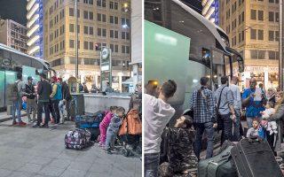 Προτού ξημερώσει χθες οι πρόσφυγες είχαν συγκεντρωθεί στο σημείο συνάντησης στην Ομόνοια και υπό τις οδηγίες εκπροσώπων του Διεθνούς Οργανισμού Μετανάστευσης επιβιβάζονταν στα λεωφορεία με προορισμό το αεροδρόμιο «Ελευθέριος Βενιζέλος». (Φωτογραφίες: Enri Canaj)