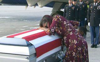 Η χήρα του λοχία Τζόνσον κατά την παραλαβή της σορού του.