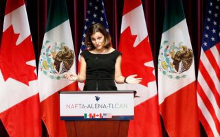 Η υπουργός Εξωτερικών του Καναδά Κρίστια Φρίλαντ κατηγορεί τον Λευκό Οίκο ότι επιδιώκει να αποσπάσει μόνον οφέλη χωρίς καμία παραχώρηση.