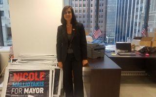 Η Νικόλ Μαλλιωτάκη στο γραφείο της στη Νέα Υόρκη. Οπως λέει στην «Κ», η ελληνική κοινότητα της πόλης την έχει υποστηρίξει πολύ.