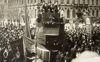 Στιγμιότυπο από τις μεγάλες διαδηλώσεις του 1917, τον μεγάλο ξεσηκωμό της πλειονότητας του ρωσικού λαού, ο οποίος σήμερα είναι γνωστός ως Οκτωβριανή Επανάσταση.