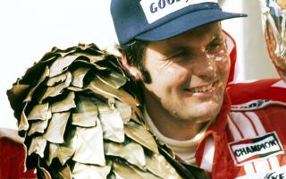 Στο γκραν πρι Φόρμουλα 1 της Αυστρίας το 1977, ο Αλαν Τζόουνς πήρε την πρώτη νίκη της καριέρας του, αλλά, αντί για τον ύμνο της Αυστραλίας, άκουσε το «Happy birthday to you».