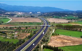 H Abertis, ισπανική εταιρεία διαχείρισης αυτοκινητόδρομων, ζητεί από την ιταλική Atlantia να αυξήσει την προσφορά της, η οποία ανέρχεται περίπου στα 15,7 δισ. ευρώ.