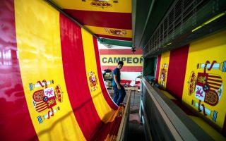 Υπάλληλος επιθεωρεί μια ισπανική σημαία στο εργοστάσιο κατασκευής τους, στο Κολμενάρ Βιέγο.